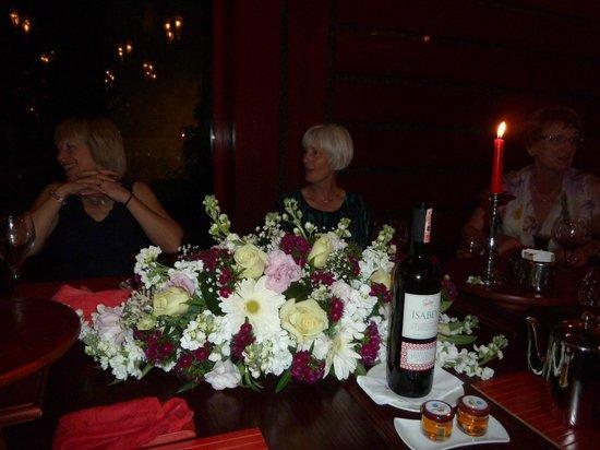 Gloria Serenity Resort: Asian restuarant - flower display