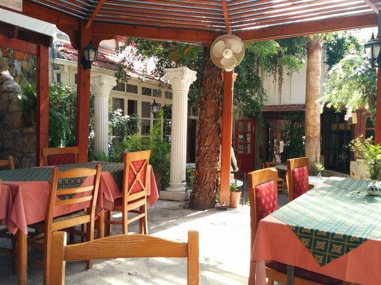 Kiniras Hotel: Hotel/Restaurant Courtyard