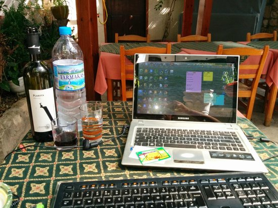 Kiniras Hotel: Free Wifi is most areas.