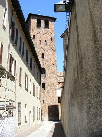 Basilica di Sant'Ambrogio: entrance from the side door