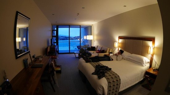 The Rees Hotel & Luxury Apartments: A room facing to the lake