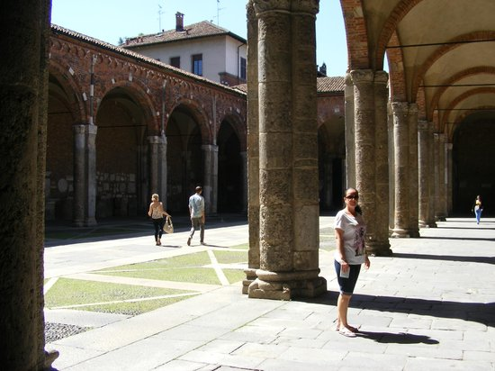 Basilica di Sant'Ambrogio: courtyard