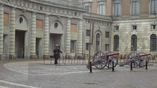 Palais royal : canon and bombs