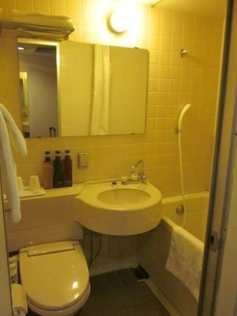 Hotel IL Grande Umeda: Compact bathroom with bath tub