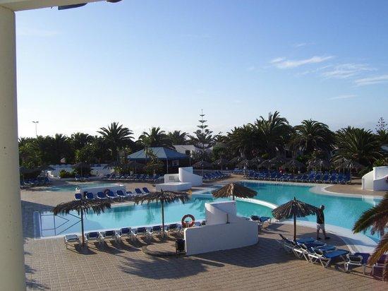 HL Hotel Rio Playa Blanca: La piscine vue de la réception