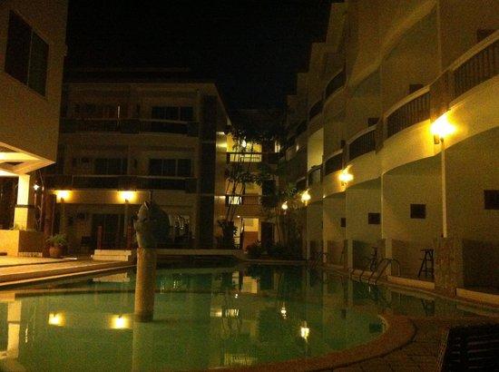 Boracay Ocean Club Beach Resort : vu de la plage le soir