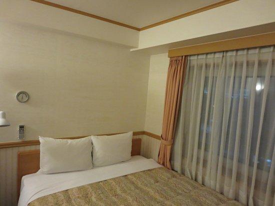 Toyoko Inn Busan Seomyeon: 収納場所を確保するため背の高いベッド