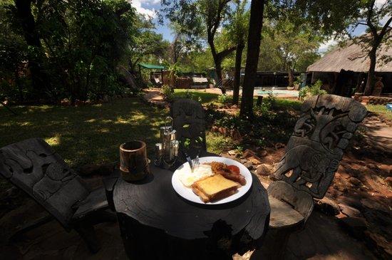 Victoria Falls Backpackers: Breakfast in the garden