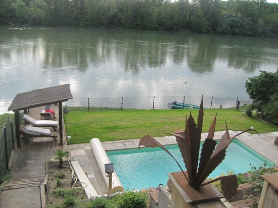 Garonnella: Overlooking the pool to the river