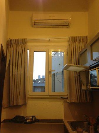 Allenby Bauhaus Apartments: kitchen/lounge window