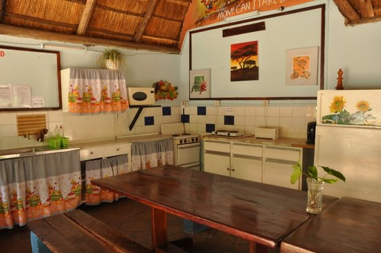 Victoria Falls Backpackers: Kitchen