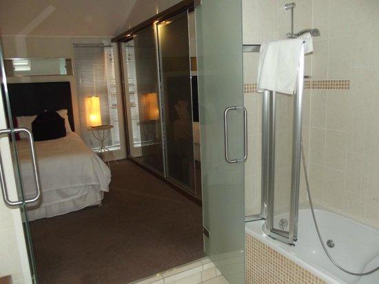 Ribblesdale Park: Bedroom glass doors to ensuite