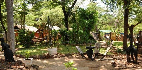 Victoria Falls Backpackers: Beautiful Garden