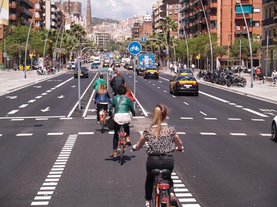 Baja Bikes Barcelona: Tussen de auto's door....