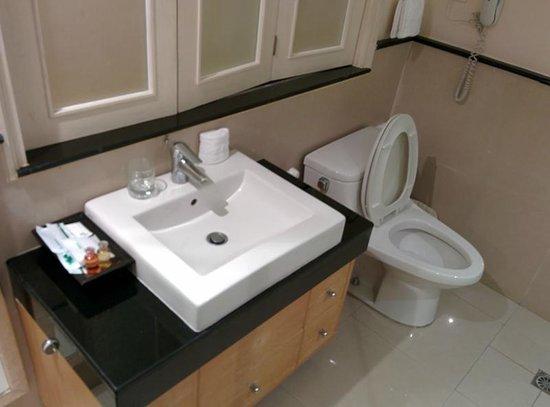 Hope Land Executive Serviced Apartment: トイレ。タイなので、横に洗浄用のシャワーもついてます。