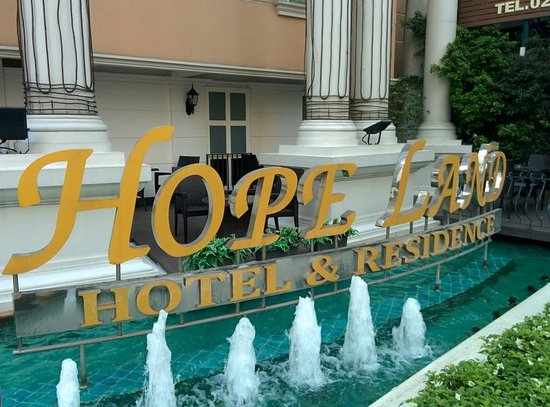 Hope Land Executive Serviced Apartment: ホテル前の看板です。
