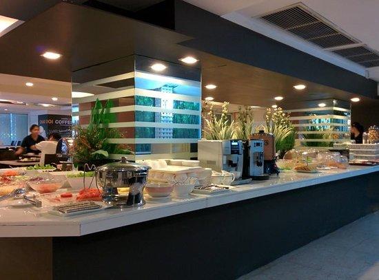 Hope Land Executive Serviced Apartment: 1階の朝食ブッフェ。メニューは日本向け多し。