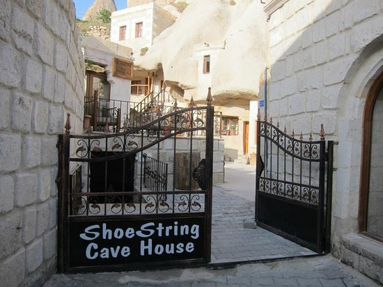 ShoeString Cave House: Front entrance to the hotel.