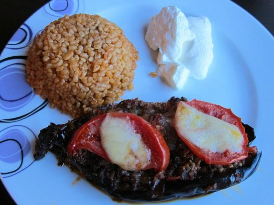 Shoe String Cave House: Our stuffed eggplant with minced meat main course meal.