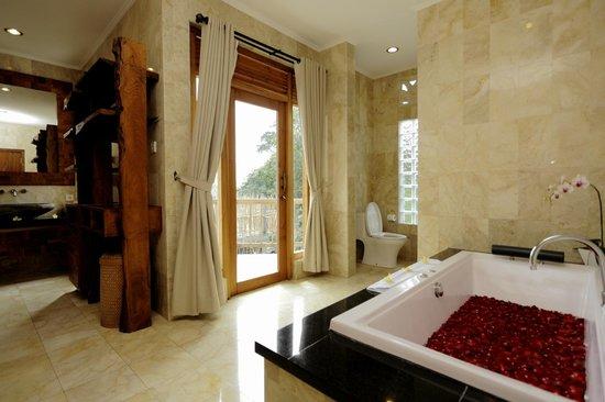 Sri Ratih Cottages: Penthouse Bathroom