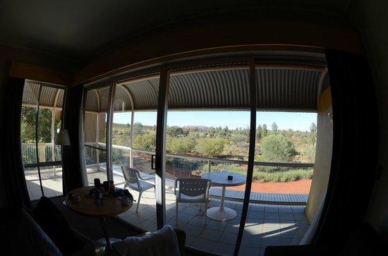 Desert Gardens Hotel, Ayers Rock Resort: 部屋から見えるウルル