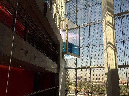 Jumeirah Creekside Hotel: Detalle de la piscina de la azotea, visto desde uno de los ascensores.