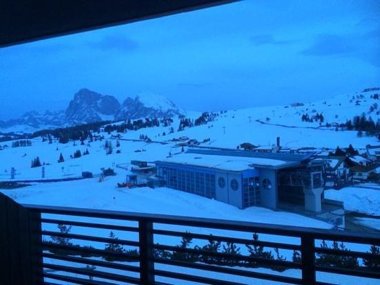 Alpina Dolomites: Blick aus dem Zimmer auf die Skipiste