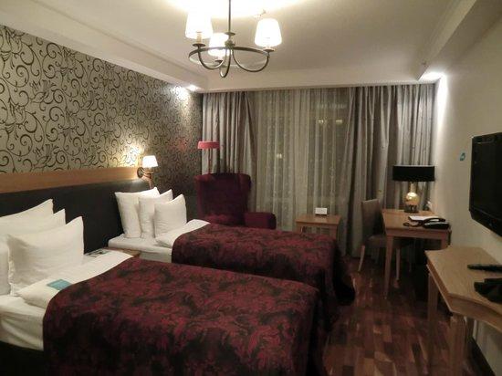 Solo Sokos Hotel Vasilievsky: Стандартный номер с двумя односпальными кроватями. За спиной - прихожая.