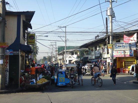 Makati Apartelle: アパーテル周辺の路上の様子