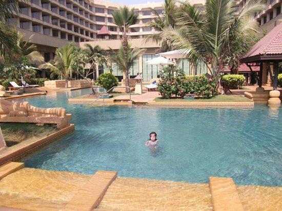 JW Marriott Mumbai Juhu : Large pool