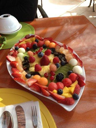 Sur La Plage Ensoleillee : plateau de fruits frais du petit dej