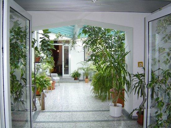 Lichtdurchflutet ist der Wintergarten im Hotel Stadt Pasing