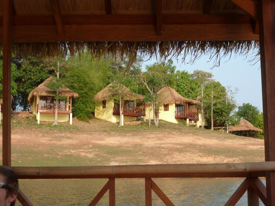 Sanctuary Nam Ngum Beach Resort : Les bungalows vus du lac