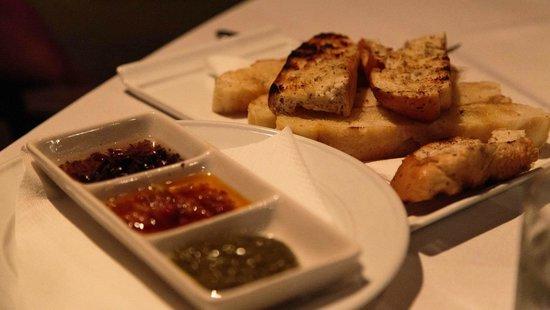 Tamanu Beach Resort: Bread and dips to start