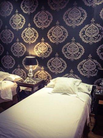 Splendom Suites: Chambre avec deux lits simples