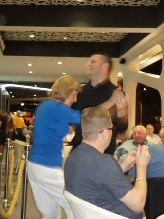 Flash Hotel Benidorm : Mum having a dance