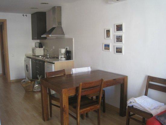 Happy Apartments: La table du séjour et la cuisine