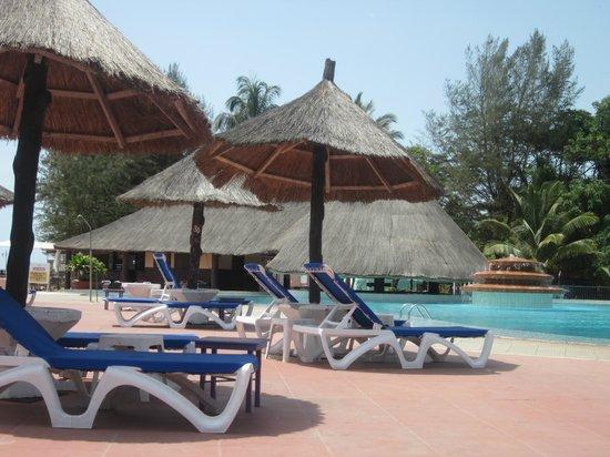 Senegambia Beach Hotel: Nice pool and fountain