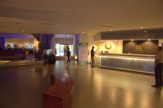 Riande Aeropuerto: Reception desk