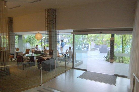 Riande Aeropuerto: Dining room to garden courtyard