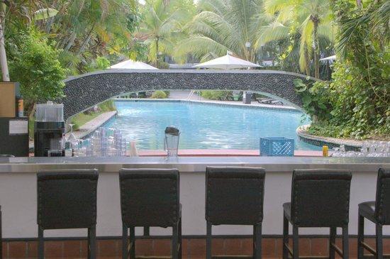 Riande Aeropuerto: Pool and Bar