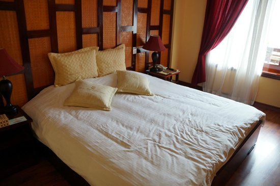 Chau Long Sapa Hotel: Large bed.  Needed after a day of trekking in hills