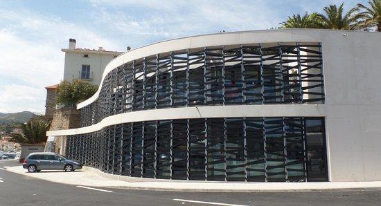Les Poissonneries de la Côte Catalane: le nouveau batiment, en haut le restaurant panoramique