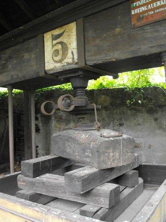 Rheingau Wine Museum Broemserburg Castle: Экспонат во дворе