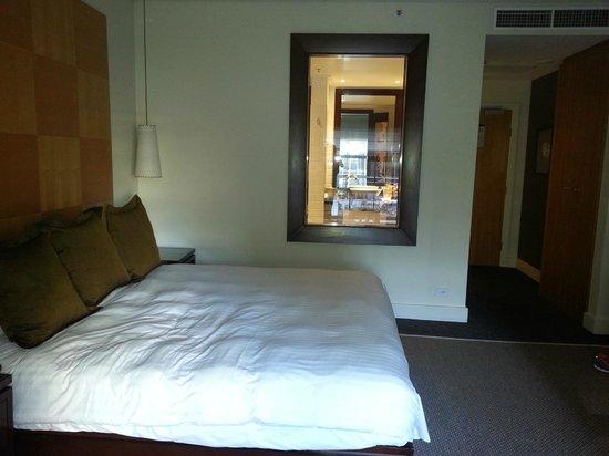 Radisson Blu Plaza Hotel Sydney : Look across bed into clever bathroom window