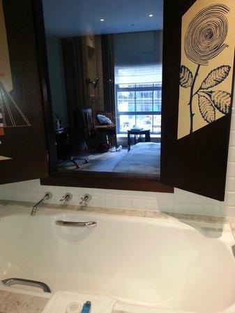 Radisson Blu Plaza Hotel Sydney : Looking through the bathroom window into room