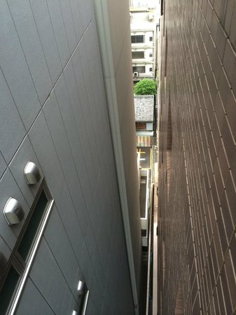 Hotel Wing International Nagoya: Space between the hotel and the next building