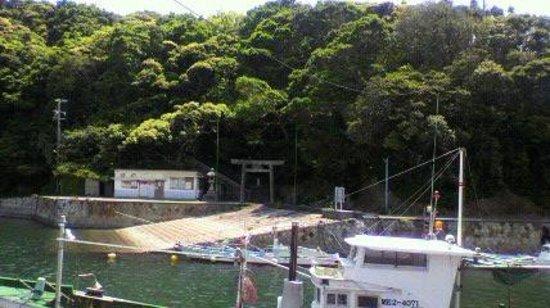 Daiozaki: 波切漁港から波切神社を望む