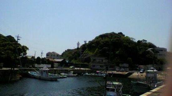 Daiozaki: 波切漁港から灯台を望む