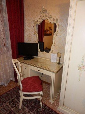 Residenza La Campana : Desk